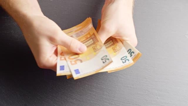 vídeos de stock, filmes e b-roll de contagem - euro-notas - nota de cinquenta euros