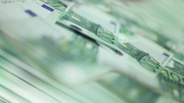 お金を数える - 金銭に関係ある物点の映像素材/bロール