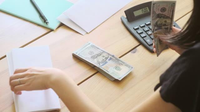 vídeos y material grabado en eventos de stock de contando dinero - calculadora