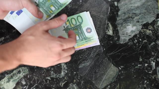 vídeos de stock, filmes e b-roll de contando dinheiro - nota de cinquenta euros