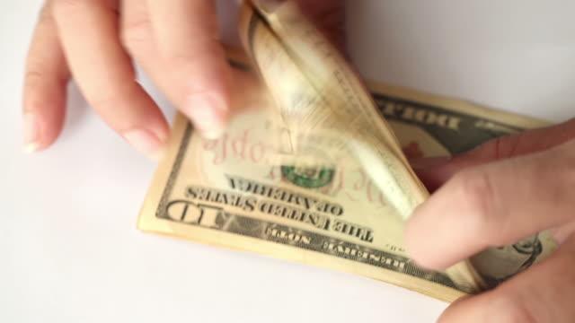 vidéos et rushes de compter l'argent - doigt humain