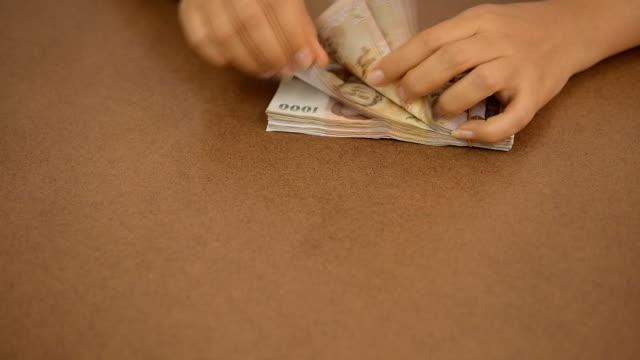 geld zählen - gehaltsstreifen stock-videos und b-roll-filmmaterial
