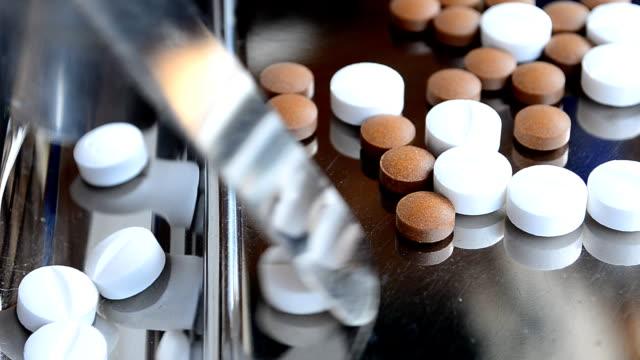 zählen tabletten und medizin - tablett oder küchenblech stock-videos und b-roll-filmmaterial