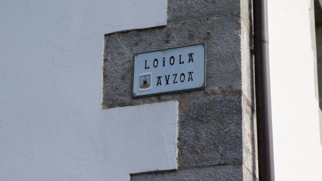 stockvideo's en b-roll-footage met country estate eguibar, spain - street name sign