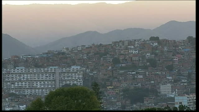 country in mourning after death of president hugo chavez tx caracas skyline run down housing with washing hung outside - ウゴ・チャベス点の映像素材/bロール