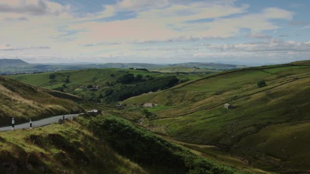 vidéos et rushes de route de campagne par le biais de moutons fermes - lancashire
