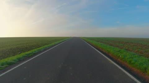 vidéos et rushes de country road - ligne d'horizon au dessus de la terre
