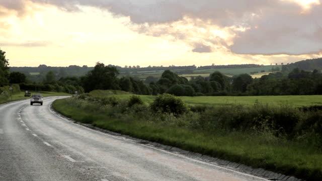 country road - asphalt stock-videos und b-roll-filmmaterial
