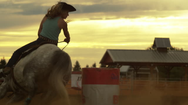 country woman races horse - stahlfass stock-videos und b-roll-filmmaterial