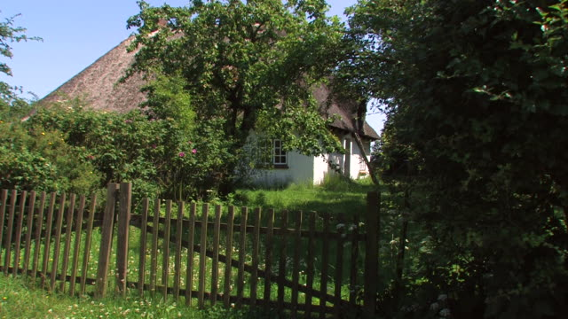 landschaft cottage - strohdach stock-videos und b-roll-filmmaterial