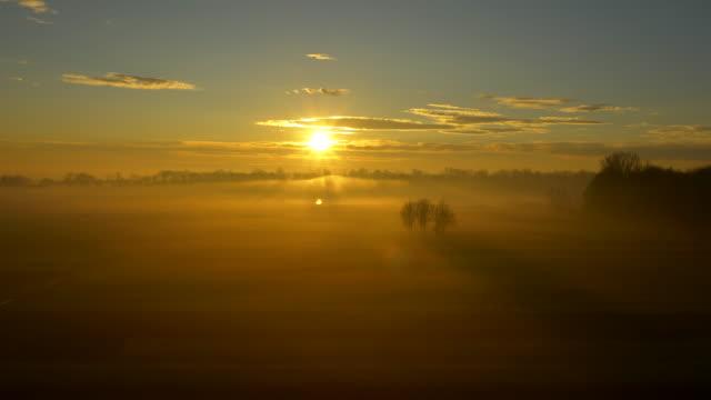 vidéos et rushes de vue aérienne de la campagne dans la brume matinale - paysage de campagne