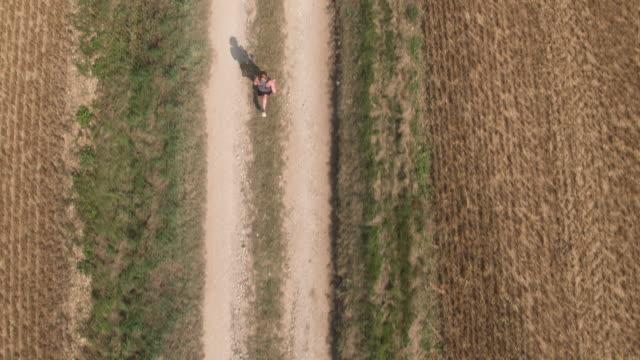 stockvideo's en b-roll-footage met countryside jogger - piloot