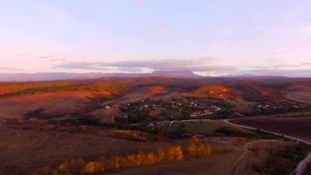 ライラック山夕日の背景に空中: 田舎 - クワッドコプター点の映像素材/bロール