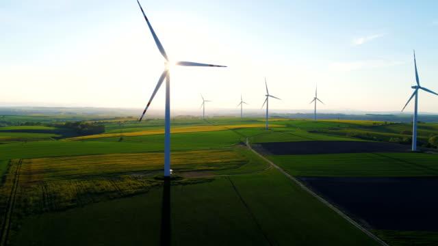 landschap met landbouwgronden en windturbines