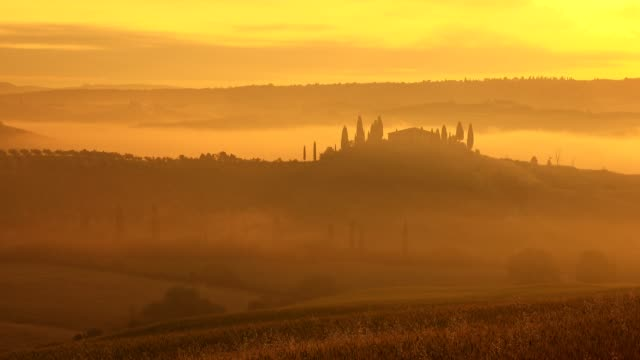 vídeos y material grabado en eventos de stock de countryside with typical tuscan farmhouse at misty sunrise, san quirico d'orcia, val d'orcia, siena province, tuscany, italy - toscana