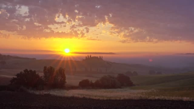 vídeos y material grabado en eventos de stock de countryside with typical tuscan farmhouse at misty sunrise, san quirico d'orcia, siena province, val d'orcia, tuscany, italy - toscana