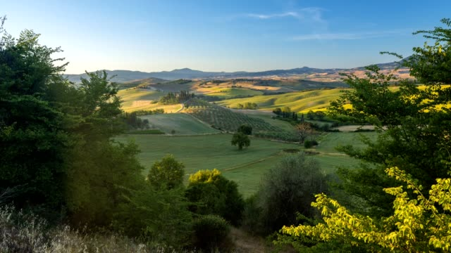 countryside with typical tuscan farmhouse at sunrise, san quirico d'orcia, siena province, val d'orcia, tuscany, italy - toskana stock-videos und b-roll-filmmaterial