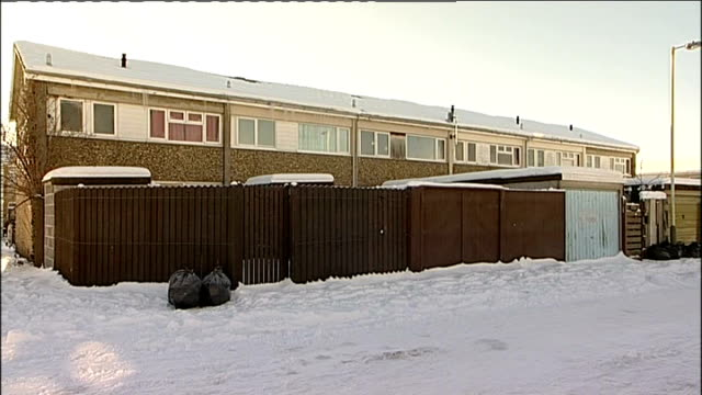 vídeos de stock e filmes b-roll de darlington gvs houses snow on ground gv houses john stanworth interview sot - peter snow