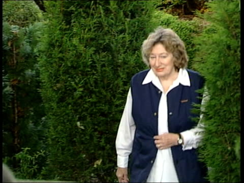 vídeos de stock e filmes b-roll de county durham ext joyce ridley walking towards with other joyce walking towards garden fence for press conference and gives the thumbs up to waiting... - caixa de fósforos