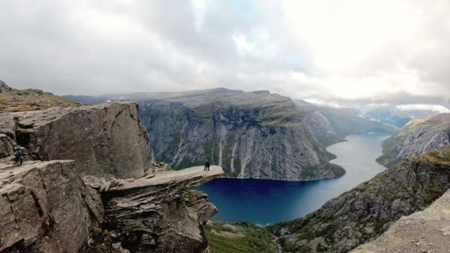 coupe standing on the edge - trolltunga, norway - scogliera video stock e b–roll
