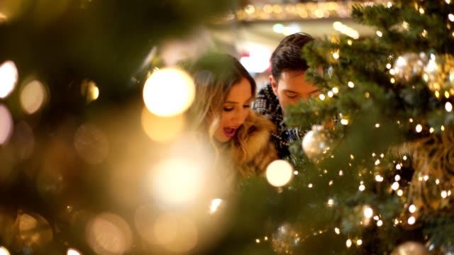 paar bewundernde weihnachtsdekoration - weihnachtsbaum stock-videos und b-roll-filmmaterial