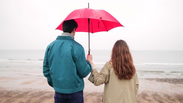 vidéos et rushes de couple admirant la vue sur la plage - boyfriend