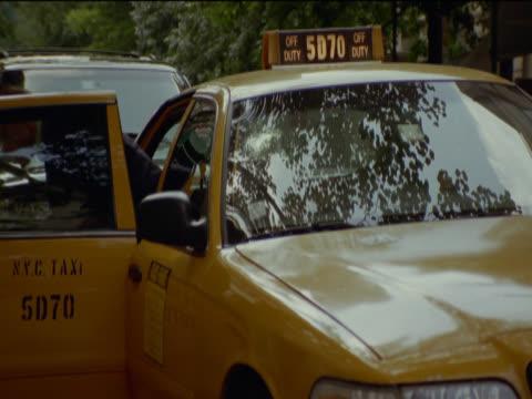 vídeos de stock e filmes b-roll de couple alight from a yellow cab and the man pays the driver, new york, usa - táxi amarelo