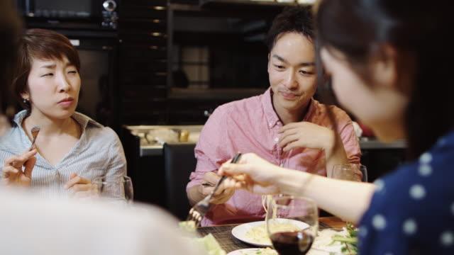 ディナー パーティーで友人の間でカップル - 食事点の映像素材/bロール