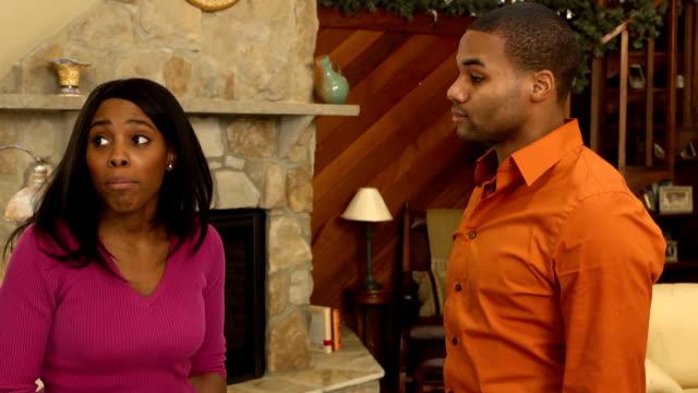 vídeos de stock, filmes e b-roll de casal fala em casa-mcu ver b - batendo com a cabeça na parede