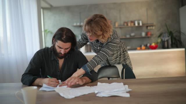 vídeos de stock e filmes b-roll de couple arguing about bills - assinar