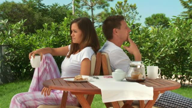 vídeos de stock e filmes b-roll de carrinho de hd: casal discutir após o pequeno-almoço - chaleira de chá
