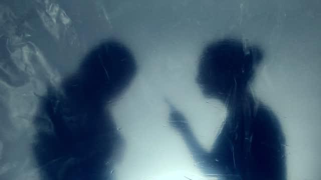 vidéos et rushes de couples se disputant - silhouette contre jour