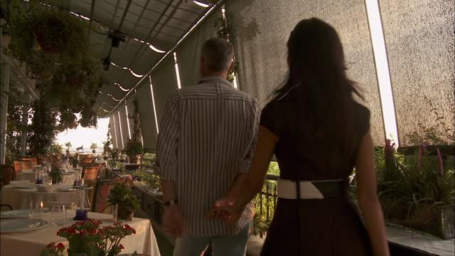 vidéos et rushes de ms couple arriving at terrace restaurant, rome, italy - quadragénaire