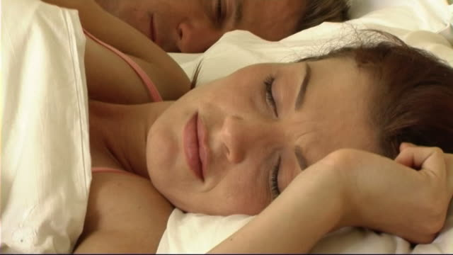 stockvideo's en b-roll-footage met couple asleep in bed - mid volwassen koppel