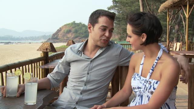 vídeos de stock e filmes b-roll de couple at beach bar - articulação humana