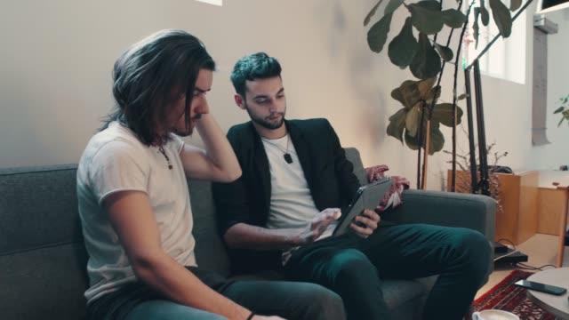 vídeos y material grabado en eventos de stock de par en café con tableta digital - business talk frase corta