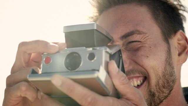 coppia a costa - polaroid video stock e b–roll