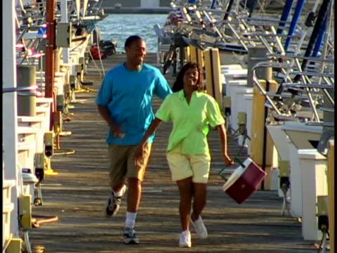 vídeos y material grabado en eventos de stock de couple at marina - nevera portátil