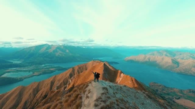 Zu zweit am Berggipfel