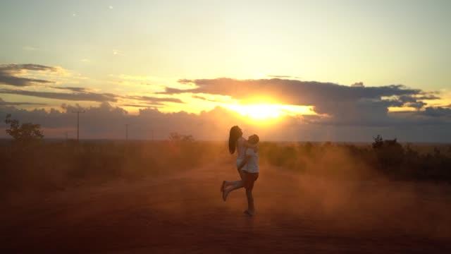 日没時のロードトリップでのカップル - 気を惹く点の映像素材/bロール