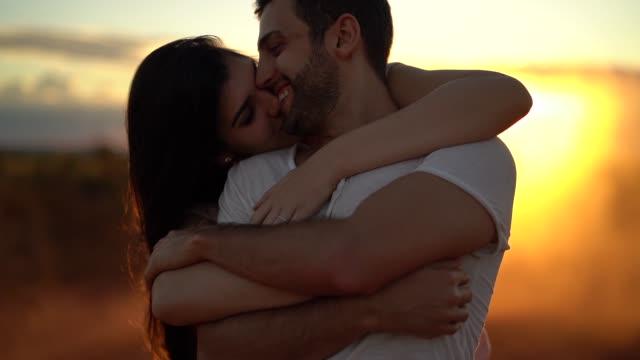 vídeos de stock, filmes e b-roll de pares na viagem de estrada no tempo do por do sol - namorado