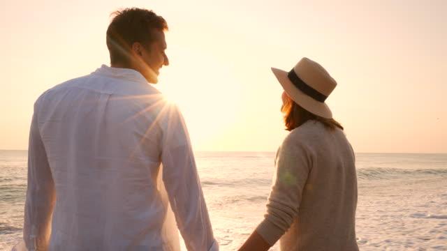 vídeos de stock, filmes e b-roll de casal na beira-mar. - lua de mel