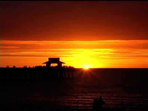 coppia al tramonto ntsc - lunghezza video stock e b–roll
