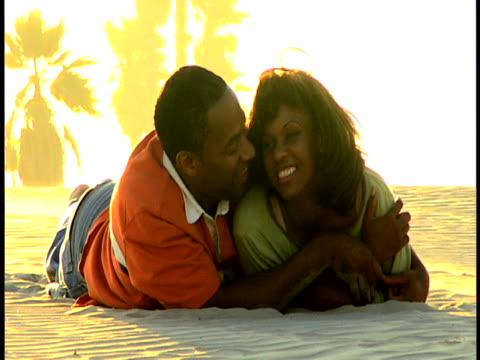 vídeos y material grabado en eventos de stock de couple at the beach - recostarse