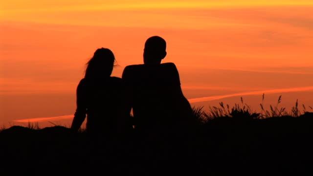 HD-ZEITRAFFER: Paar im Sonnenuntergang
