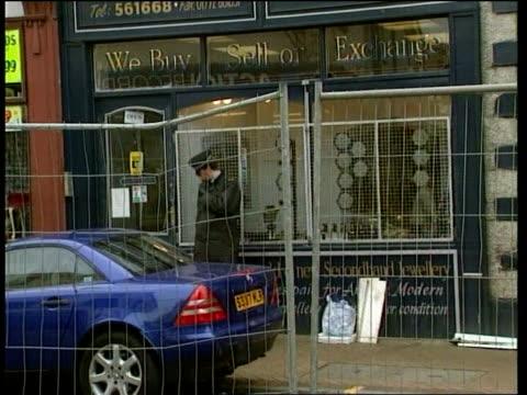 vídeos y material grabado en eventos de stock de couple attacked and killed in a jewllers shop in preston granada lancashire preston police officer standing guard outside jewellery shop where... - lancashire