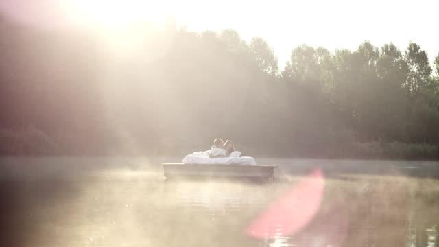 Paar Erwachen auf See