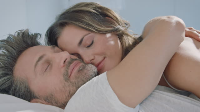 stockvideo's en b-roll-footage met paar wakker - kussen beddengoed