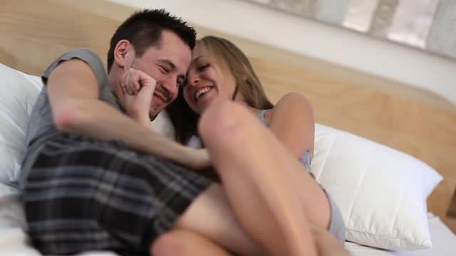 paar-bett - real wife sharing stock-videos und b-roll-filmmaterial