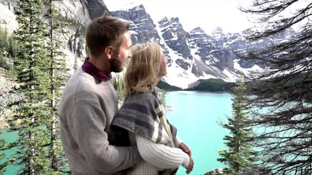 redoxpaares zärtlich am mountain lake, kanada - provinz alberta stock-videos und b-roll-filmmaterial